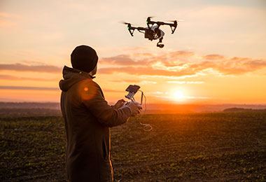 Drohnenpilot mit DJI Drohne für prof. Luftaufnahmen